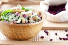 Salade avec les haricots, le lard, le concombre et les croûtons image libre de droits