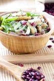 Salade avec les haricots, le lard, le concombre et les croûtons photos stock