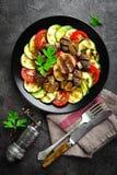 Salade avec les légumes et les champignons frais et grillés Salade végétale avec les champignons de paris grillés Salade végétale images stock