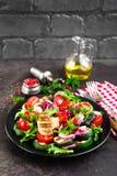 Salade avec les légumes et les champignons frais et grillés Salade végétale avec les champignons de paris grillés Salade végétale photographie stock