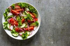 Salade avec les légumes frais de ressort Photo libre de droits