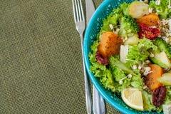 Salade avec les patates douces, tomates sèches, avocat, Images stock