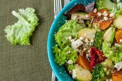 Salade avec les patates douces, tomates sèches, avocat, brocoli, choux de bruxelles, Photos stock
