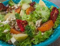 Salade avec les patates douces, tomates sèches, avocat, brocoli, choux de bruxelles, Image libre de droits