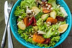 Salade avec les patates douces, tomates sèches, avocat, brocoli, choux de bruxelles, Image stock