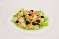 Salade avec les poissons et les concombres rouges Photo stock