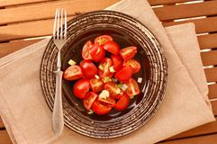 Salade avec les pommes de terre, l'oignon et le vinaigre Photo stock