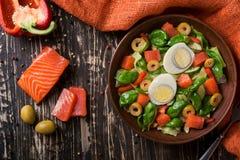 Salade avec les saumons et l'oeuf Image stock