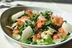 Salade avec les saumons fumés Photo stock
