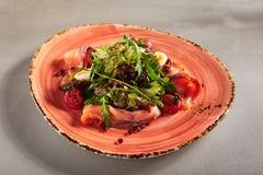Salade avec les saumons fumés, caviar rouge, Cherry Tomatoe sec entier image libre de droits