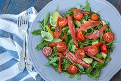 Salade avec les saumons salés, herbes, tomates, avocat d'un plat Amour pour un concept cru sain de nourriture Photographie stock