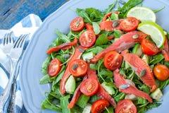 Salade avec les saumons salés, herbes, tomates, avocat d'un plat Amour pour un concept cru sain de nourriture Image stock