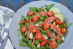 Salade avec les saumons salés, herbes, tomates, avocat d'un plat Amour pour un concept cru sain de nourriture Images stock