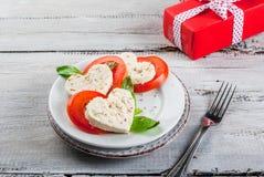 Salade avec les tomates et le fromage, pour le jour du ` s de Valentine Image libre de droits