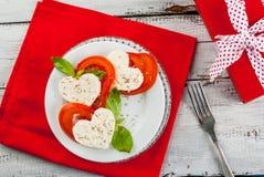 Salade avec les tomates et le fromage, pour le jour du ` s de Valentine Photos stock