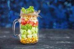 Salade avec les tomates et le maïs et les concombres et la laitue CCB bleu images libres de droits