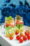 Salade avec les tomates et le maïs et les concombres et la laitue Sain photographie stock