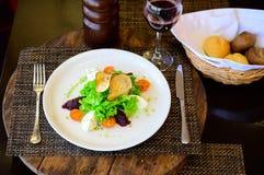 Salade avec les tomates, le fromage, la laitue et la betterave images stock