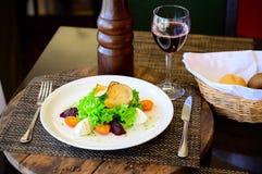 Salade avec les tomates, le fromage, la laitue et la betterave photo libre de droits