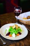 Salade avec les tomates, le fromage, la laitue et la betterave image libre de droits