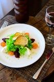 Salade avec les tomates, le fromage, la laitue et la betterave photographie stock