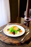 Salade avec les tomates, le fromage, la laitue et la betterave photos stock