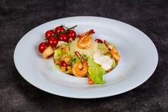 Salade Caesar met garnaal stock afbeeldingen
