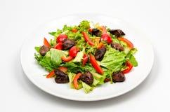 Salade chaude avec du foie de poulet grillé photos libres de droits