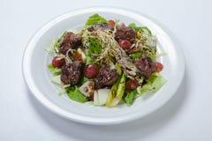 Salade chaude avec du foie et des raisins de poulet Photos stock