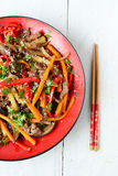Salade chaude avec l'aubergine, le boeuf et le poivre Cuisine asiatique Photo libre de droits