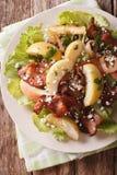 Salade chaude avec le lard, les oignons, la pomme verte et le fromage de chèvre Vert Photographie stock libre de droits