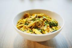 Salade chaude avec le poulet, le légume et les graines de sésame Fin vers le haut images stock