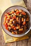 Salade chaude des aubergines, des tomates et de plan rapproché d'ail Vertic Photos libres de droits