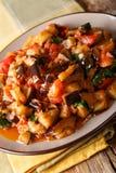 Salade chaude des aubergines, des tomates et de plan rapproché d'ail Vertic Photographie stock libre de droits