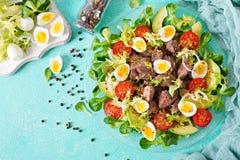 Salade chaude des oeufs de foie de poulet, d'avocat, de tomate et de caille Dîner sain Carte diététique Configuration plate Image libre de droits