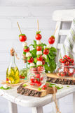 Salade classique de Canapes de Caprese d'Italien avec les tomates, le mozzarella et le Basil frais Image libre de droits