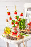 Salade classique de Canapes de Caprese d'Italien avec les tomates, le mozzarella et le Basil frais Photos libres de droits