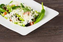 Salade classique traditionnelle de Shopska avec des tomates, des poivrons, des concombres et le fromage dans le plat blanc sur la Photo stock