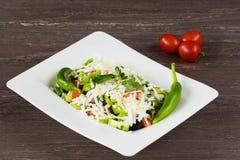 Salade classique traditionnelle de Shopska avec des tomates, des poivrons, des concombres et le fromage dans le plat blanc sur la Photographie stock libre de droits