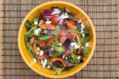Salade colorée dans la cuvette jaune Photographie stock libre de droits