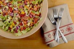 Salade colorée dans la grande cuvette en bois Photo stock