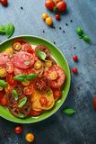 Salade colorée de tomate avec l'héritage, en forme de poire, coeur de boeuf, tigerella, brandywine, cerise, tomates noires en ver Photo libre de droits