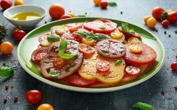 Salade colorée de tomate avec l'héritage, en forme de poire, coeur de boeuf, tigerella, brandywine, cerise, tomates noires en ver photos libres de droits