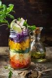 Salade colorée fraîche dans le pot Images stock