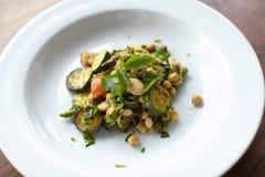Salade créole avec des haricots, des pois chiches et la courgette photos libres de droits