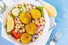 Salade cuite au four de falafel avec des légumes et des pois chiches poussés Photos stock