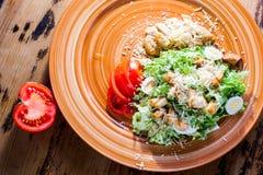 Salade délicieuse avec le poulet, les oeufs, les biscuits et les herbes images stock