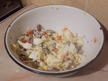 Salade délicieuse de viande de coeur et d'oeufs photos libres de droits