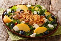 Salade délicieuse du blanc de poulet grillé avec les pêches fraîches, bl Image libre de droits