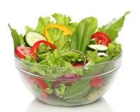Salade délicieuse sur une cuvette d'isolement Photos stock